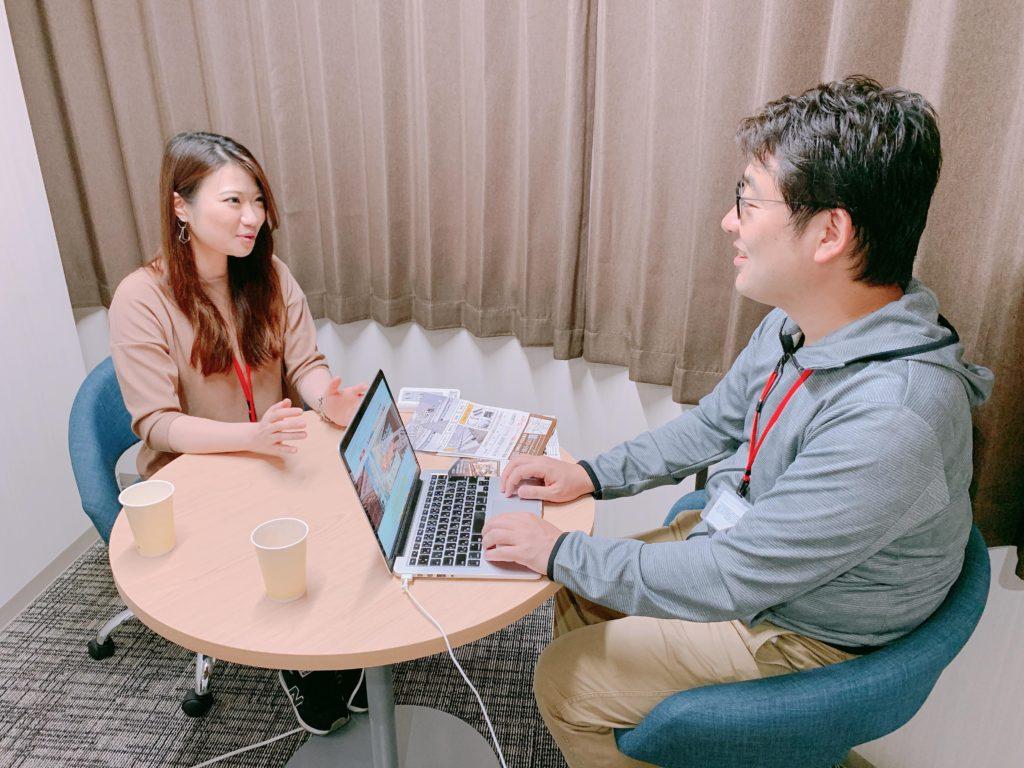 インタビューを受ける「パセラのコワーク」運営統括責任者の佐藤聡美さん